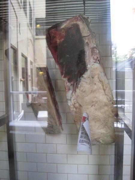 I kødskabet er der frit kig til de velhængte sager. Det er åbenhed i mere end en forstand.