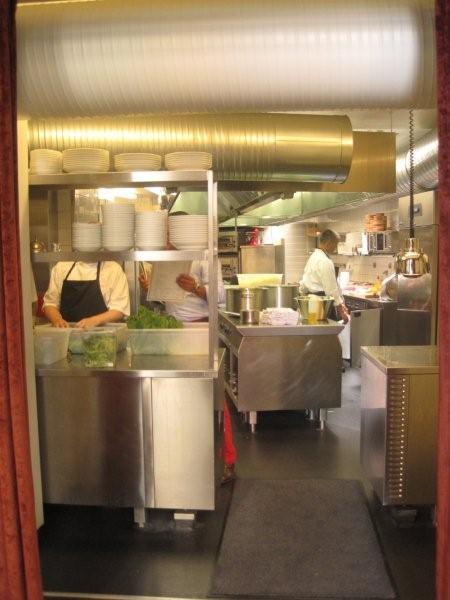 Meat me in the kitchen. Åbent køkken med kig til kødkyndige kokke.