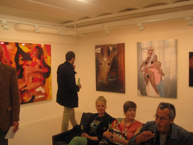 Hanging in the basement - med mega fræk fotokunst.