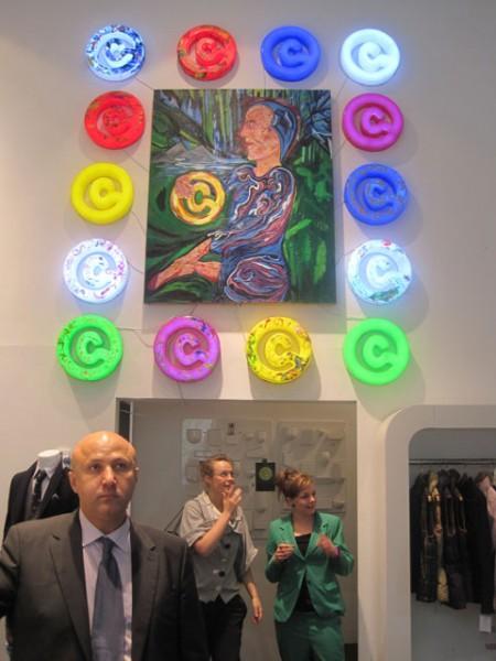 Ginsborg lamper omringer kunstværk af selv samme mand.