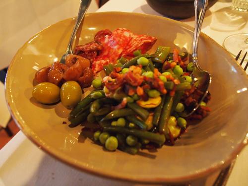 Skøn bønnesalat med specialiteter - blandt andet æselpølse og andet røget og tørret kød.