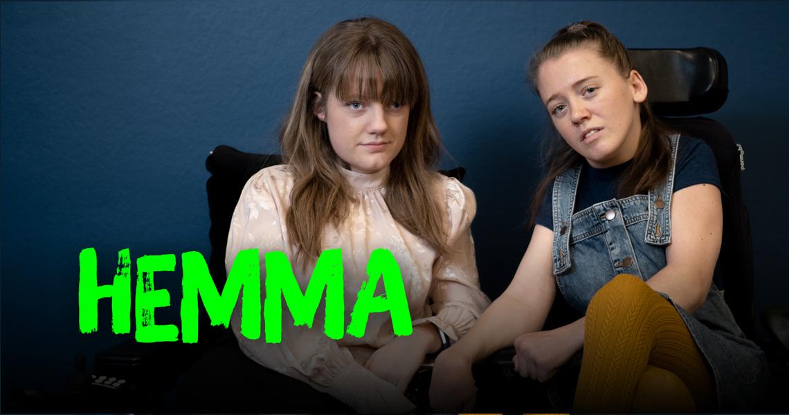 """Forsidebanner """"Hemma"""" Marianne og Ida viser fingeren mot kamera"""