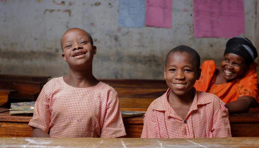 To unge gutter smiler mot kamera