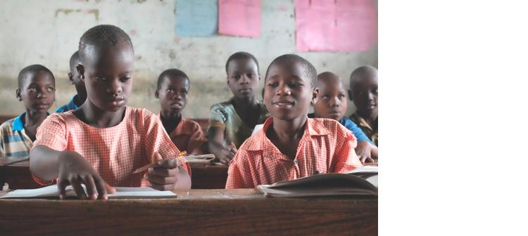 10 år gamle Shamin Galenda, her ved siden av klassevenninnen Shakoru Gizamba (til høyre). Shamin har Downs syndrom, men går i en ordinær klasse på den lokale skolen