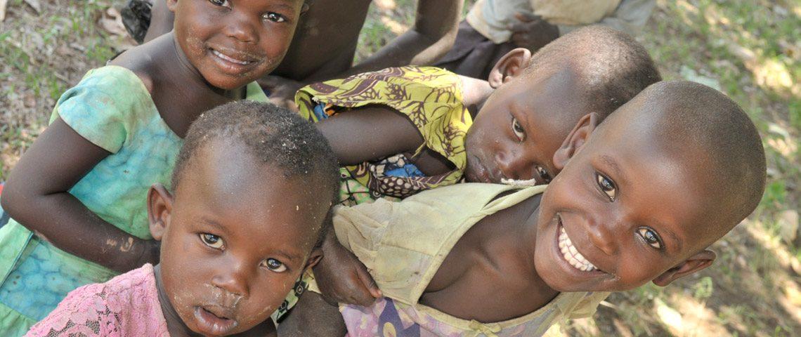 Barn ser mot kamera