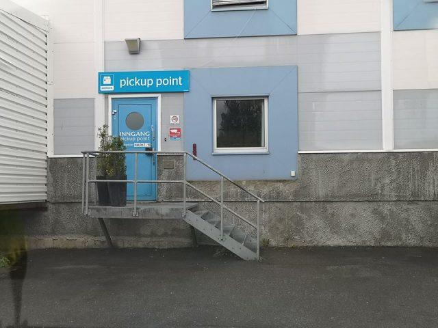 Bilde av utleveringsstedet til PostNord i Steinkjer med kun en trapp opp til inngangsdøren.