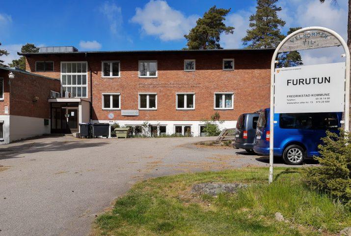 Bilde av Furutun bygningen. En enkel tre etasjes murbygning.