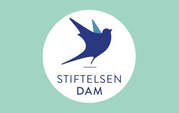 Stiftelsen DAMs logo med fugl og påskrift