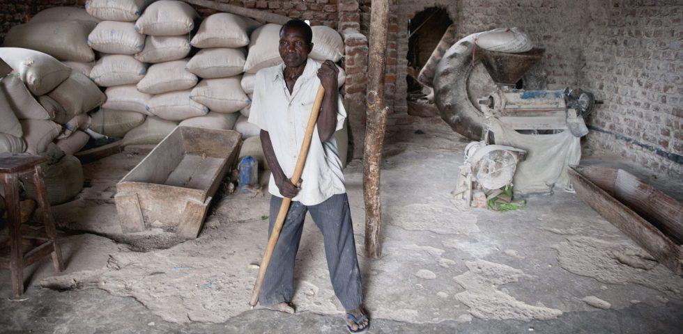 En mann jobber på gården sin.