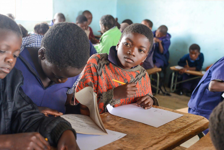 Tre jenter under en skoletime.