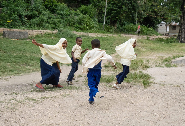 Barn leker i en skolegård.