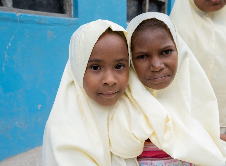 To unge jenter.