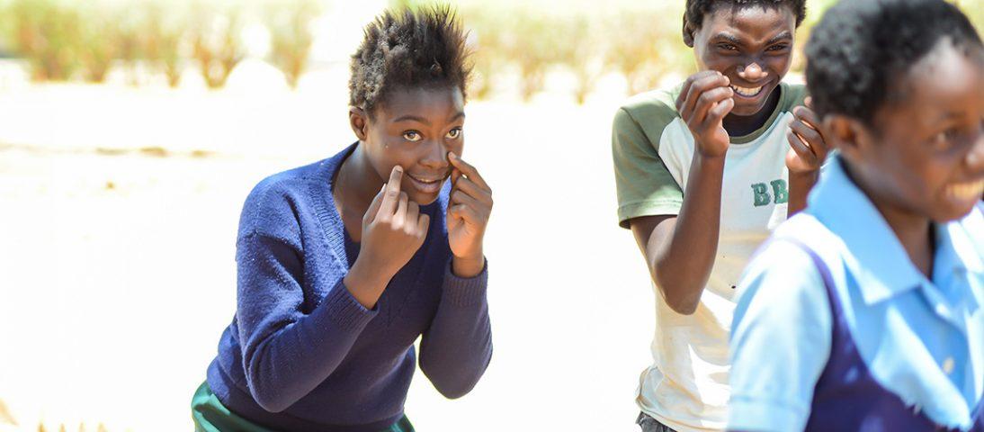 Unge mennesker smiler og ler
