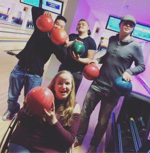 Fire ungdommer holder bowlinkuler. En i rullestol.