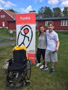 Tamarin og Oskar med NHFU roll-up på sommerleir