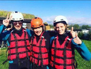 Tre ungdpmmer i hjelm og vest før rafting