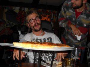 Alexander med pizza foran seg