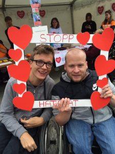 Jørgen og Ole med Stopphatprat ramme rundt hode. Rammen har mange røde hjerter og teksten stopp hatprat