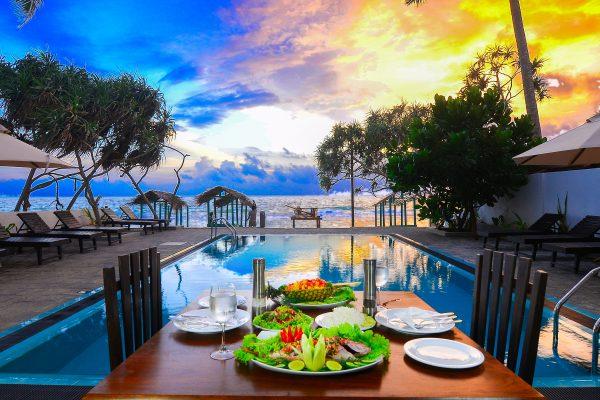 At Ease Beach Hotel er et sjarmerende familierdrevet hotell med svømmebasseng. Rett på den nydelige stranda i Hikkaduwa. Vi har 10 rom. Seks dobbeltrom med sjøutsikt og fire familierom med balkong mot baksiden.