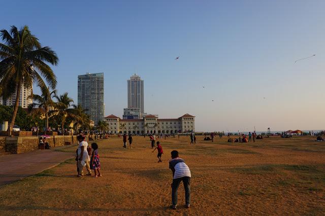 """Midt i hjertet av Colombo, ligger den store parken """"Galle Face Green"""". Dette er stedet å være ved solnedgang for å få et innblikk i srilankisk hverdag. Her yrer det av liv!"""