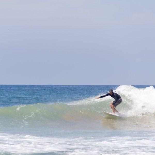 Surfing i sola på Sri Lanka