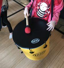 Enfant jouant du surdo