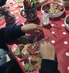 Enfant réalisant un masque en feuilles