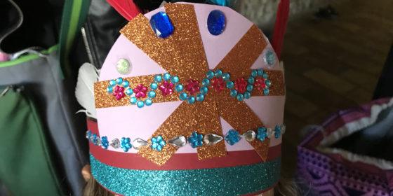 Fillette portant une coiffe de carnaval.