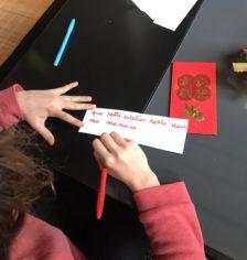 Enfant qui écrit son souhait sur un papier