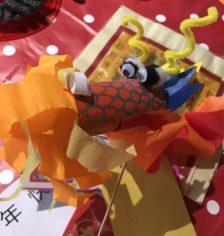 Tête de dragon en papier crépon