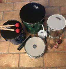 Ensemble d'instruments brésiliens (surdos, caixa, repinique, tamborim, caxixis, reco reco)