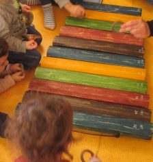 balafon en bois de différentes couleurs
