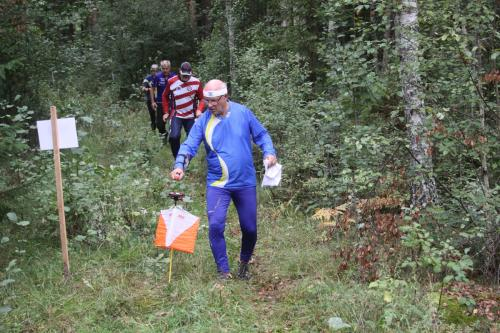 Nästan klungspurt. Sven-Olof Fransson, SOK Aneby, målstämplar med en rad löpare bakom sig.
