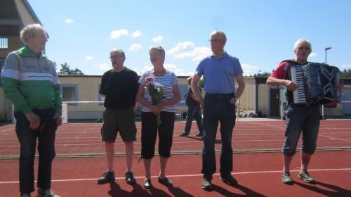 Ivan Karlsson höll ett litet tal till den jublerande 90-åringen som deltagit i Höglandets Veterantävlingar ända sen starten