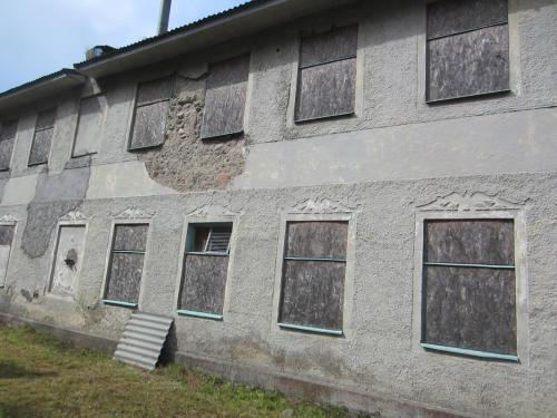 """Den gamla fabriken som blivit kulturmärkt av länsstyrelsen och skall rustas upp. Lite speciell byggnad då den är uppbyggd med natursten """"muren är procentad"""" som det hette förr, det handlade om att spara material."""