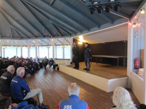 Roland Sandahl blir avtackad av Thore Johansson som också avslutade säsongen med ett tack på rim och välkomnade till Aneby i höst.