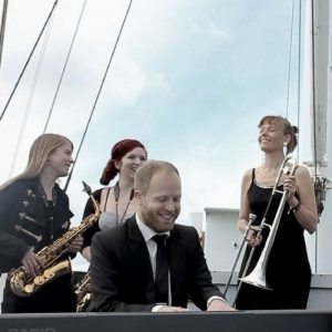 Pianist Oscar Gilbert spiller klaver på musikvideoen til Knippelsbro