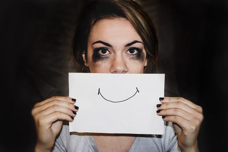 Depresjon, en jente som holder et papir med smilemunn, Oslopsykiater