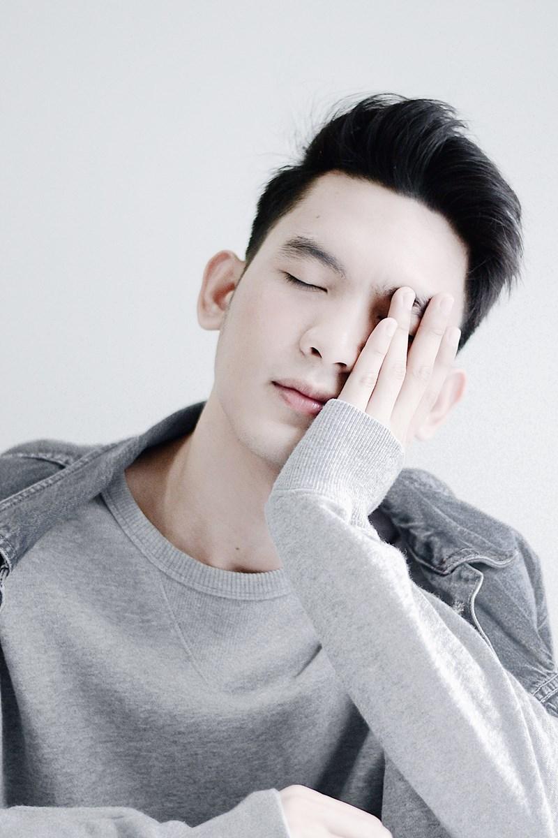Utbrenthet og utmattelse, mann som hviler hodet i hånden