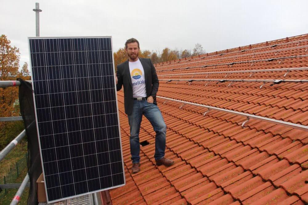 Martin Johnsson på tak som ska installeras med solceller.