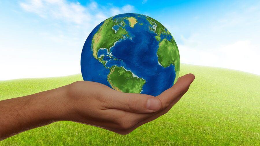 Bilden visar en hand som håller i vårt jordklot.