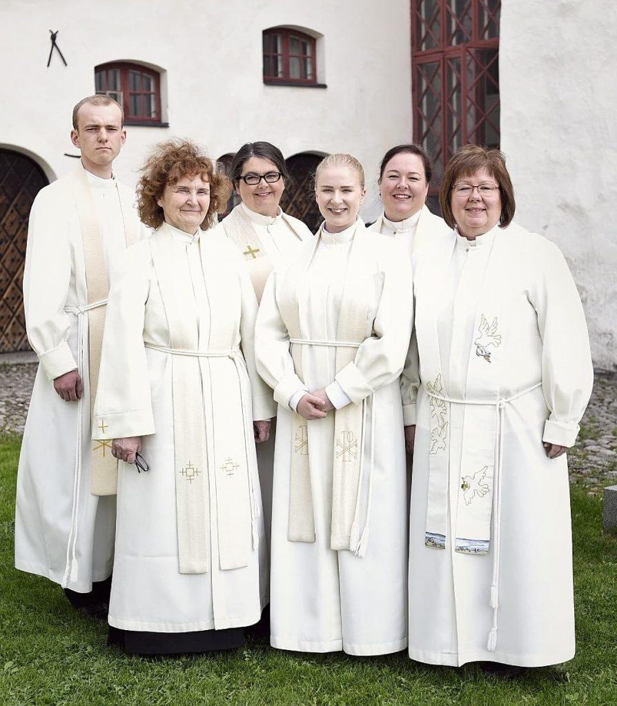 De nyvigda prästerna Samuel, Rut, Katarina, Meri, Janette och Eva.