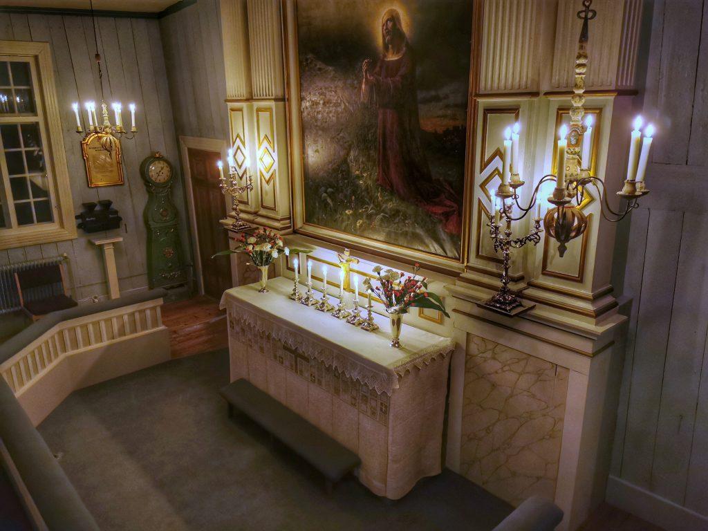 Vy av altaret med alla ljus tända