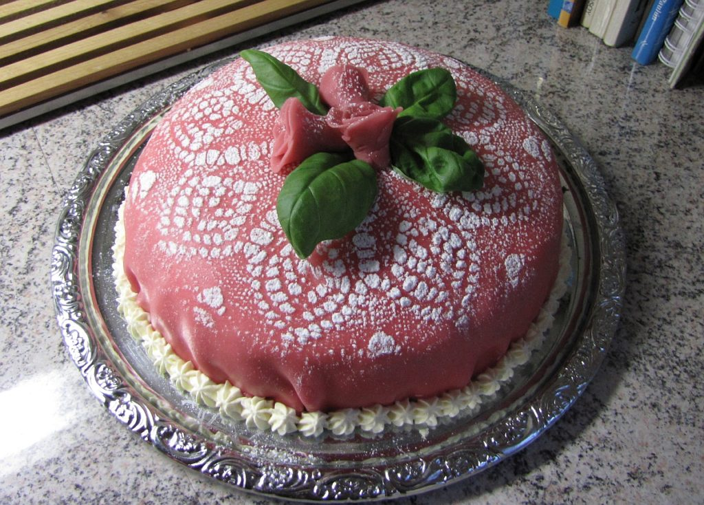 rosa prinsesstårta med rosor på