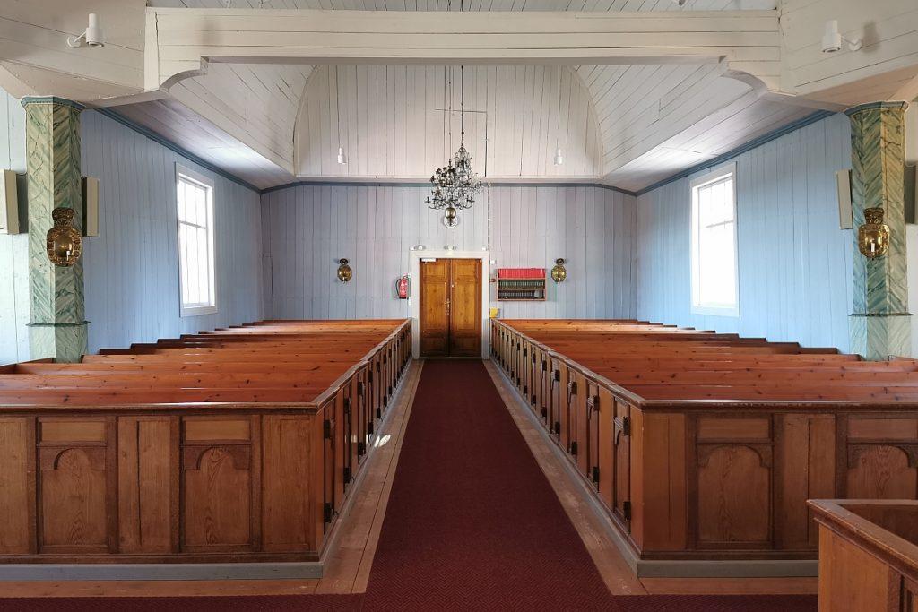 Houtskärs kyrkas interiör sedd från altaret
