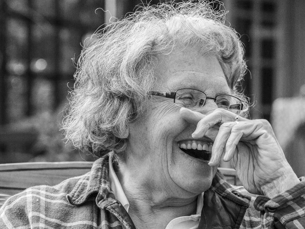 Lachende oudere vrouw. Wie was er nu eigenwijs?