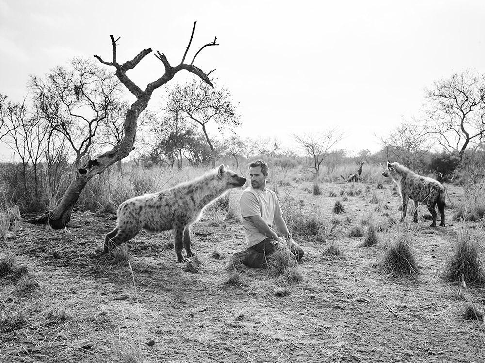 Foto Kevin Richardson met hyena.