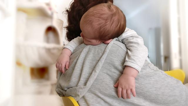 Qué cosas necesitas o te pueden ayudar para el descanso de tu bebé - Mamá con su bebé dormido en brazos