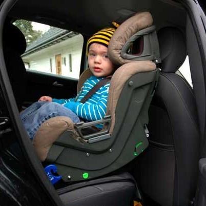 niño viajando con silla de coche a contramarcha