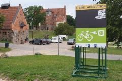 """Vorderseite der Ladestation """"Schloss und Gut Ulrichshusen"""""""